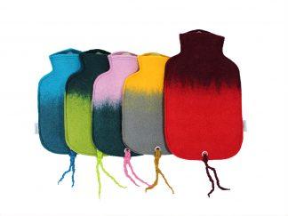 Eine große Wärmflasche mit 2 Litern Fassungsvermögen inklusive Filzhülle mit schönem Farbverlauf aus zwei verschiedenen Farben