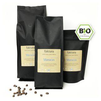 Drei schwarze Tüten faktura Kaffee Sorte Maracas in den Größen 250 g, 500 g und 1000 g