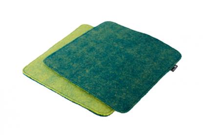 Stuhlauflage aus Filz mit verschiedenfarbigen Seiten