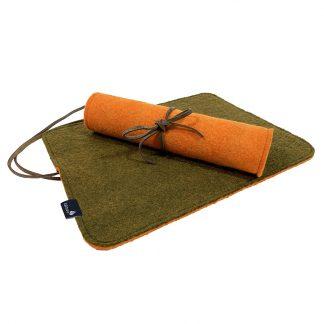 Schöne dünne und bequeme Sitzkissen aus Filz mit Lederschlaufen um sie zusammenzurollen und zu binden